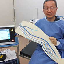 院長とレーザー治療の模型の写真